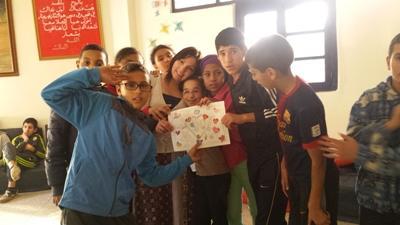 Une volontaire entourée d'enfants marocains dans une école