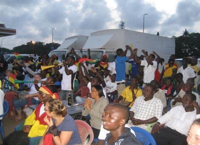 Ambiance au son des vuvuzela lors du match de coupe du monde de football Ghana vs. Allemagne !