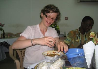 Découverte d'un plat traditionnel ghanéen le « banku » qui se mange avec les mains !