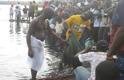 Ouverture du festival « Bakatue » à Elmina - premières prises de pêches données en offrandes aux divinités locales pour implorer une bonne saison des pêches