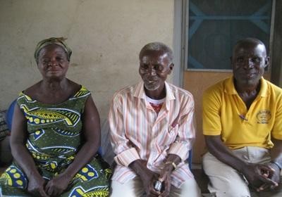 Les parents d'Anthony Annan ainsi que son oncle (en jaune) dans leur maison à Cape Coast