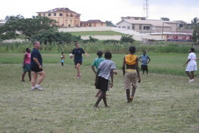 Séance d'entrainement de rugby de jeunes ghanéens coachés par des volontaires anglais de Projects Abroad, Nicolas Jones et David Rowe