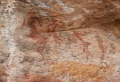 Des peintures rupestres montrées par des rangers