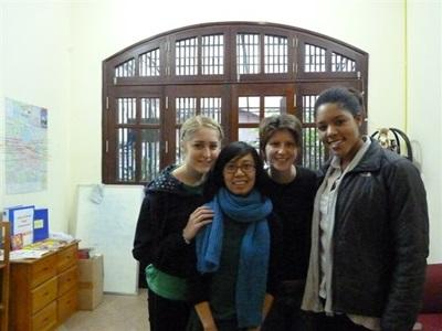 Carole et d'autres volontaires en Asie
