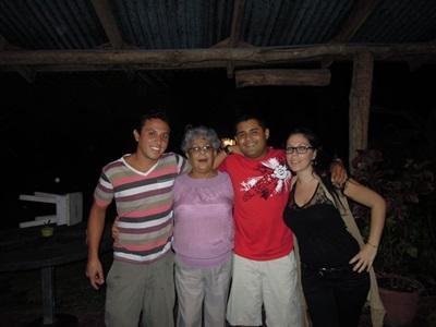 Charlène et sa famille d'accueil au Costa Rica