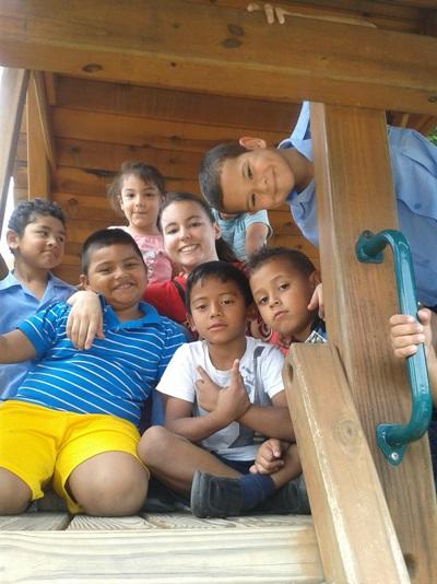 Elina avec les enfants de la garderie