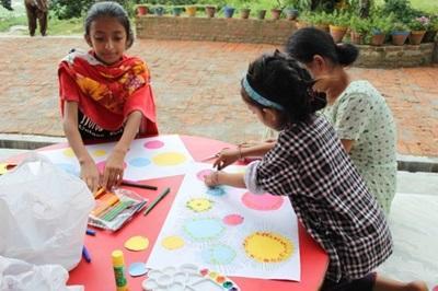 Art plastique dans un orphelinat au Népal
