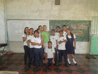 Fylicia au milieu de ses élèves