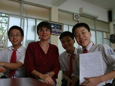 Helene avec les élèves vietnamiens