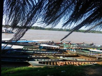 Pirogues sur le fleuve au Pérou