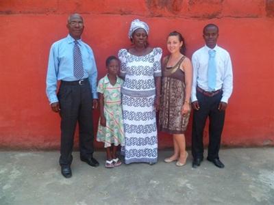 Julie et sa famille d'accueil ghanéenne