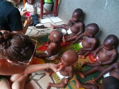 S'occuper de bébés dans l'orphelinat au Ghana