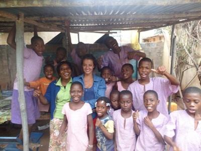 Une volontaire parmi les enfants togolais.
