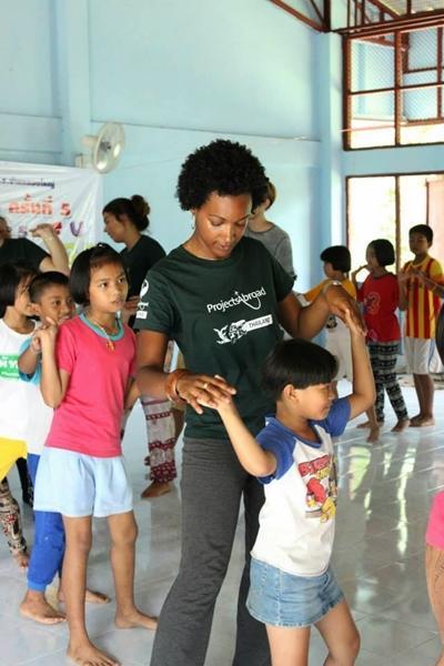 Mahéva avec les enfants d'une école en Thaïlande