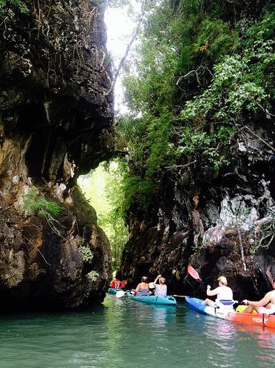 Volontaires se rendant en canoé pour une plongée en Thaïlande