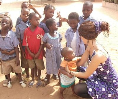 Aider dans une école pour enfants sourds au Togo