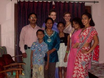 Ma famille d_'accueil, les trois volontaires accueillies et moi, revêtant ces saris traditionnels