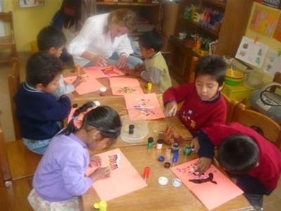 Jeux et activités manuelles dans un orphelinat bolivien