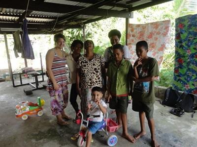 Mercedes, bénévole dans sa famille d'accueil aux Fidji