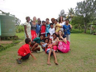 Volontaires et jeunes Fidjiens dans un projet de développement local