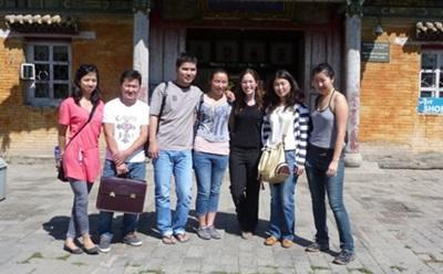 Avec les locaux et d'autres volontaires