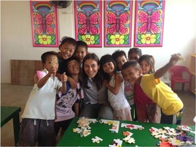 Noémie en compagnie des enfants aux Philippines