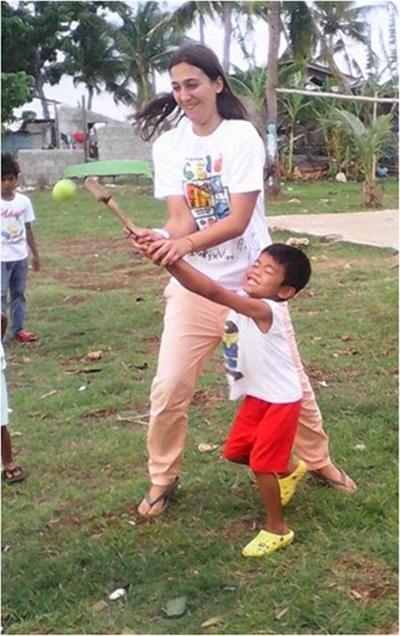 Noémie avec les enfants aux Philippines