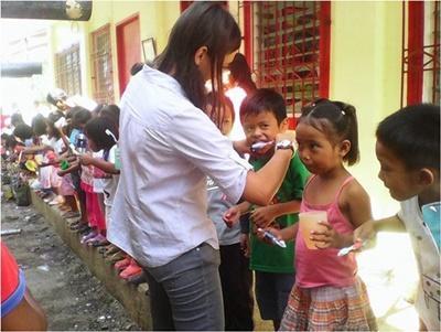 Noémie en train d'enseigner aux des enfants comment se brosser les dents