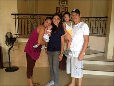 Noémie en compagnie de sa famille d'accueil aux Philippines