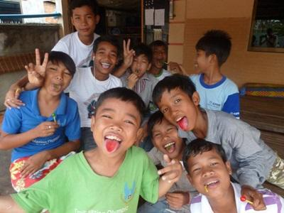 Garçons de l'orphelinat au Cambodge