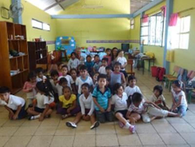 Une volontaire et sa classe aux Galapagos