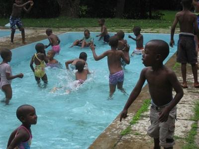 Activité piscine pour les enfants de l'orphelinat