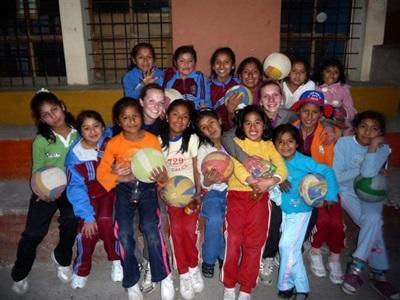 Cours de sport - foot, basket volley, dans une école péruvienne