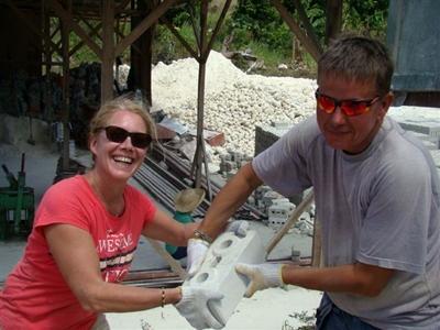 Valérie sur le chantier construction aux philippines
