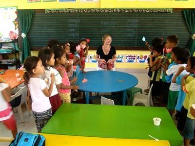Valérie en train de donner un cours aux enfants aux philippines
