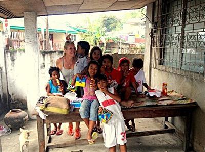 Valérie avec les enfants aux Philippines