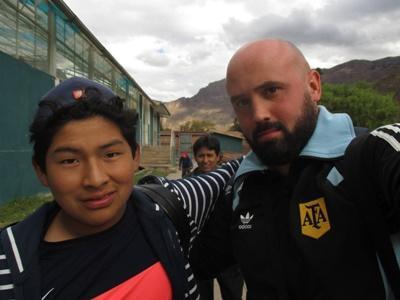 Federico in posa con uno dei ragazzi del progetto di volontariato sportivo in Perù