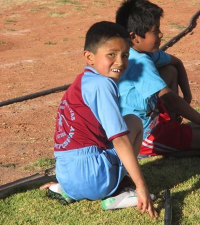 Due giovani atleti partecipano agli allenamenti seguiti dal volontario Federico