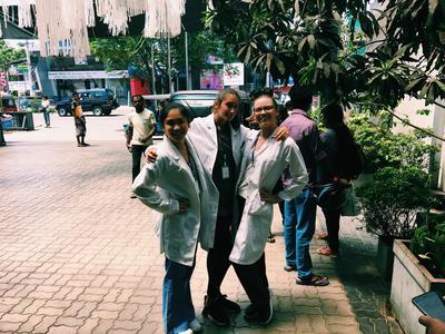 Greta insieme ad alter volontarie di medicina in Sri Lanka