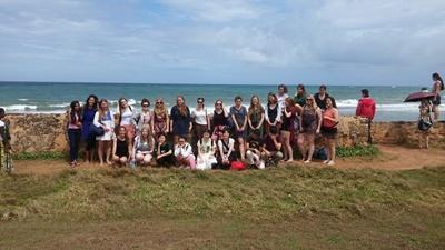 La volontaria italiana di Projects Abroad Livia insiame ad un gruppo di volontari in Sri Lanka