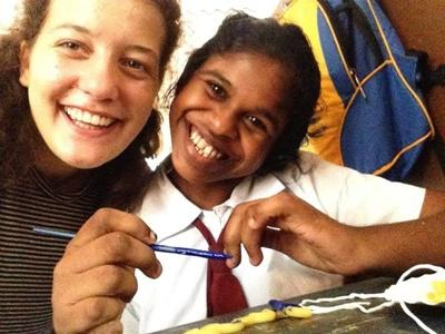 La volontaria Livia e una studentessa di una scuola locale in Sri Lanka