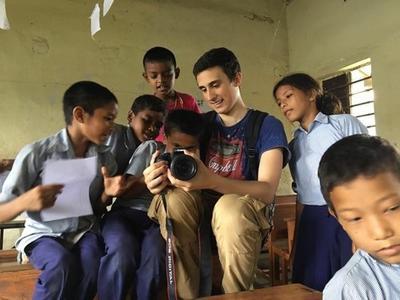 Volontario gioca con i bambini in Nepal