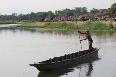 Pescatore su una barca in Nepal
