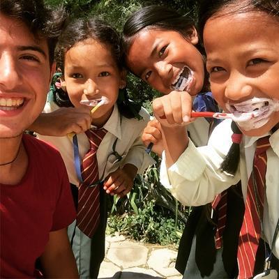 Manuel visita una scuola locale durante il suo progetto di volontatariato in Nepal