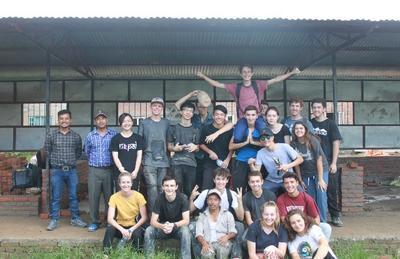 Manuel e il gruppo di volontari internazionali del Campo di Lavoro in Nepal