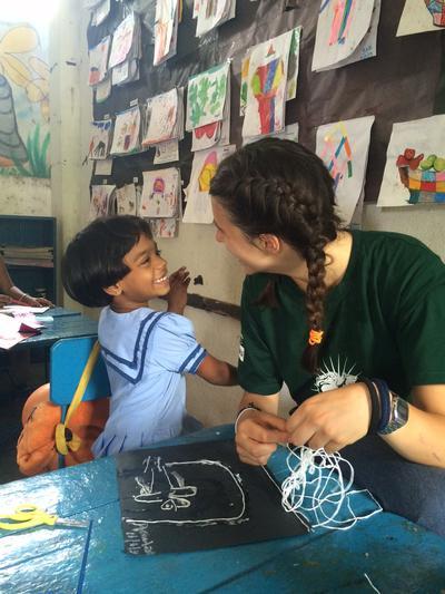 Natalia ed una bimba durante i campi di volontariato con bambini
