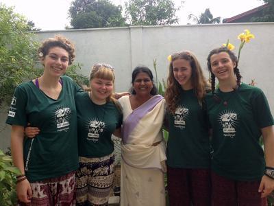 Volontarie in Sri Lanka con la famiglia locale.
