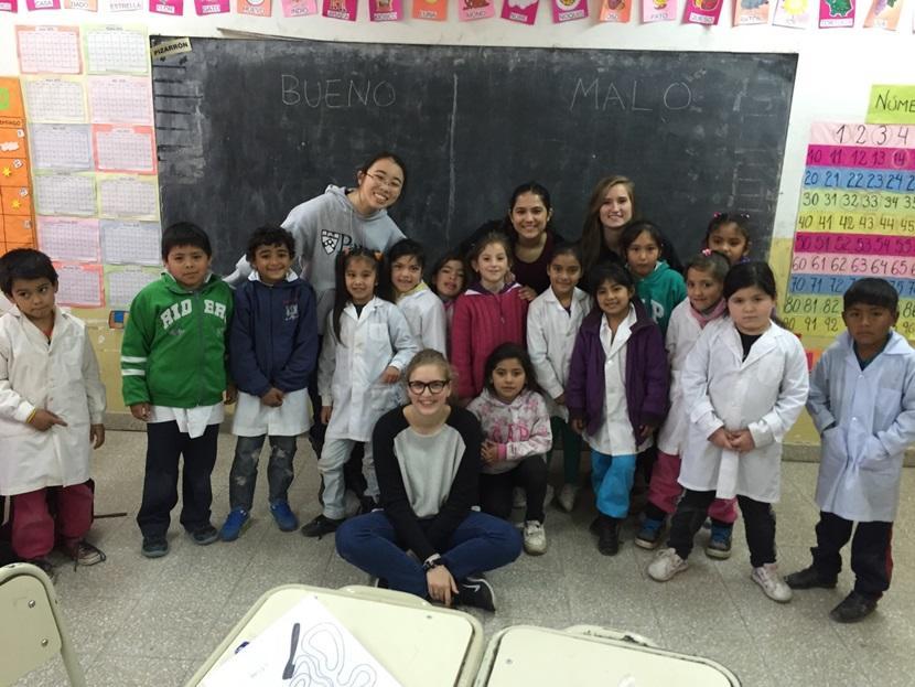 Volontari e alunni durante attività di sensibilizzazione alla cura dei denti