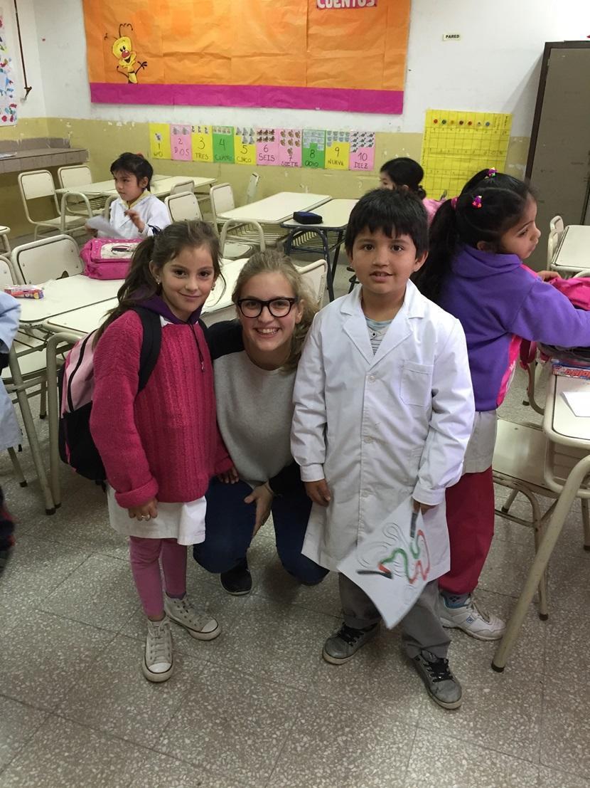 Sofia con due alunni dopo attività educative
