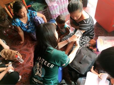 夏休みにカンボジアでボランティアを行う高校生ボランティア